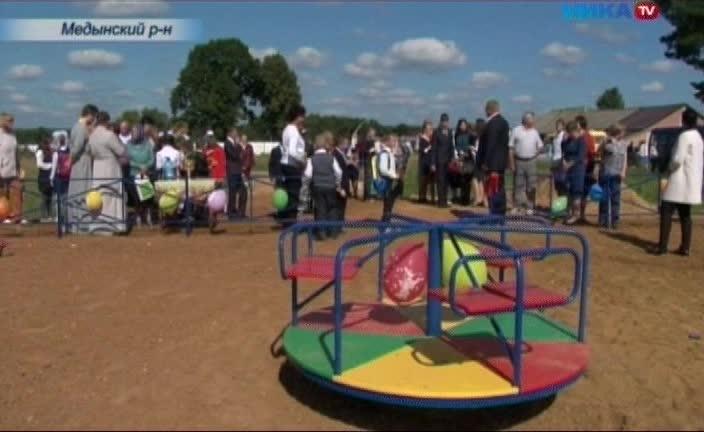 В селе Передел Медынского района торжественно открыли детскую площадку